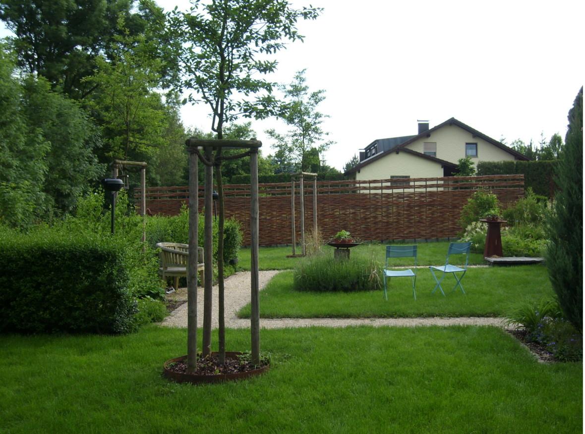 Sichtschutzwand aus Weidengeflecht zur Gartenbegrenzung